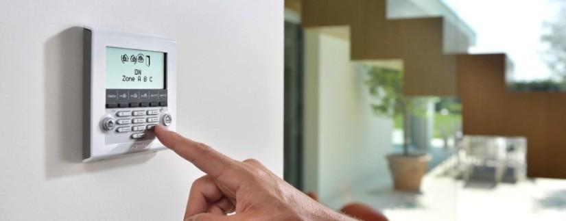 Console centrale d'alarme maison sans fil dans une maison